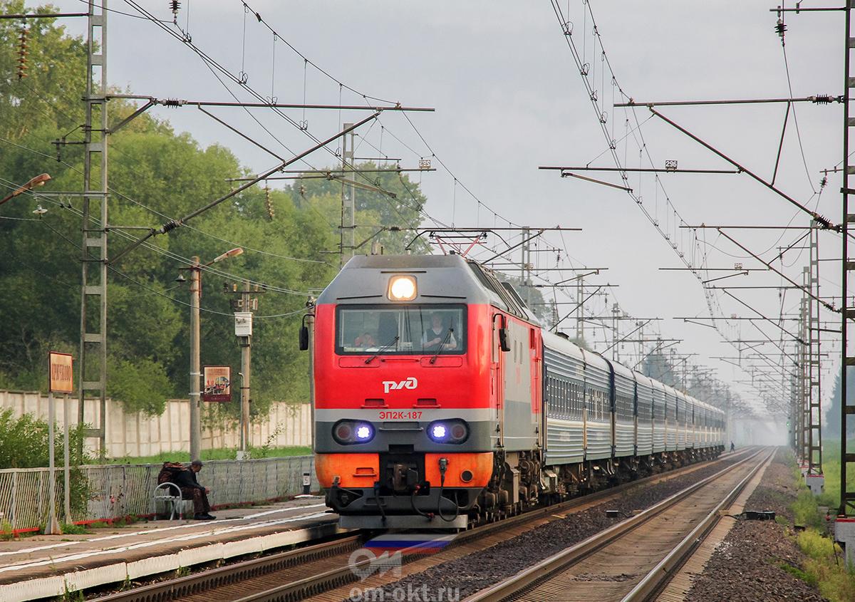 """Электровоз ЭП2К-187 с фирменным поездом №3 """"Экспресс"""", перегон Лихославль - Дорошиха"""