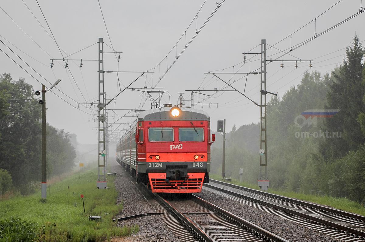 Электропоезд ЭТ2М-043 прибывает к платформе Поршинец