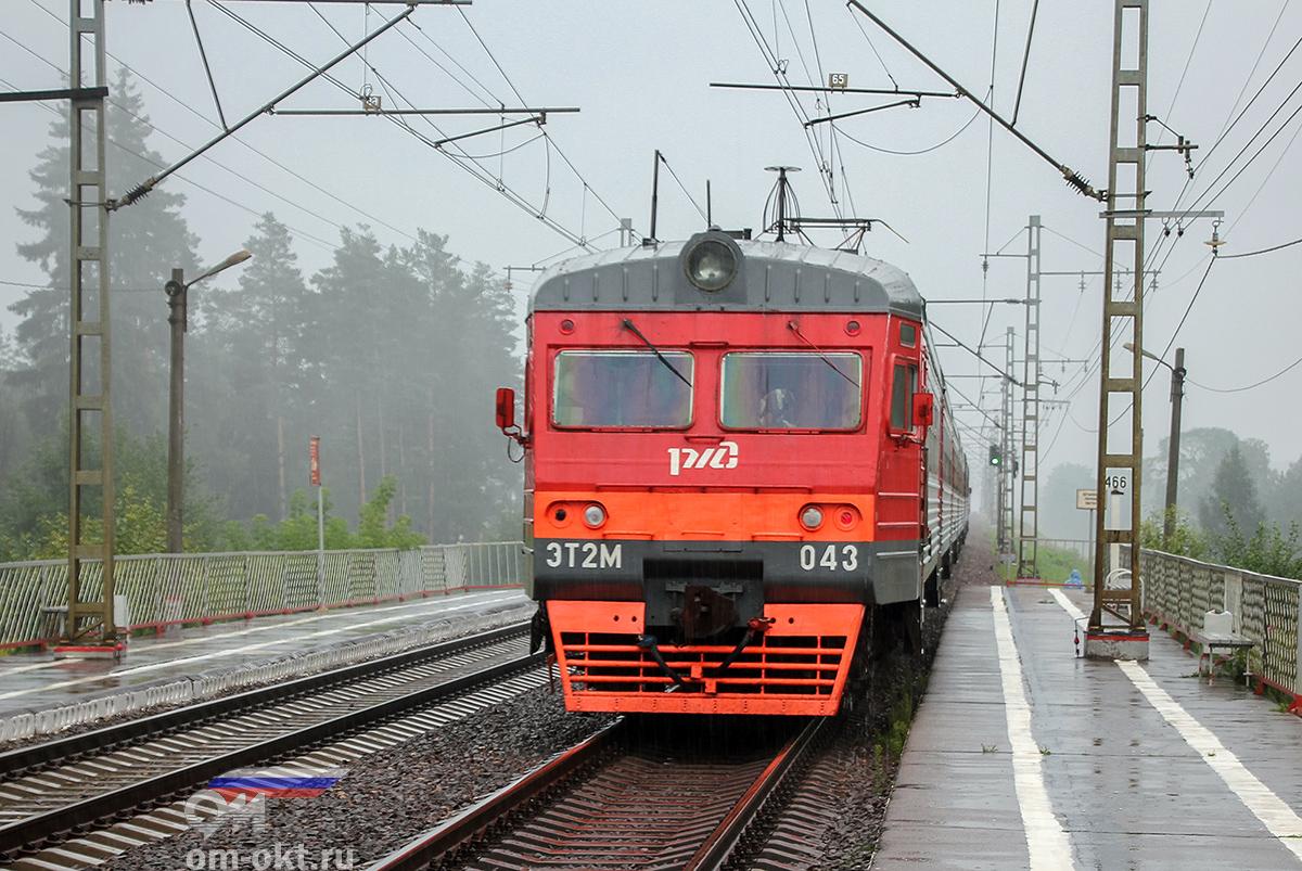 Электропоезд ЭТ2М-043 отправился от платформы Тверца