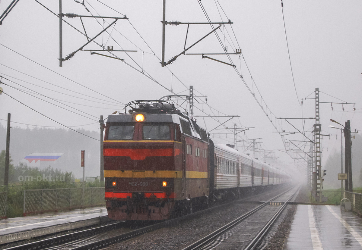 Электровоз ЧС2Т-980 с поездом близ платформы Тверца, перегон Лихославль - Дорошиха