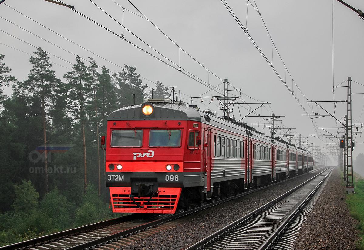 Электропоезд ЭТ2М-098 прибывает к платформе Тверца, перегон Дорошиха - Лихославль