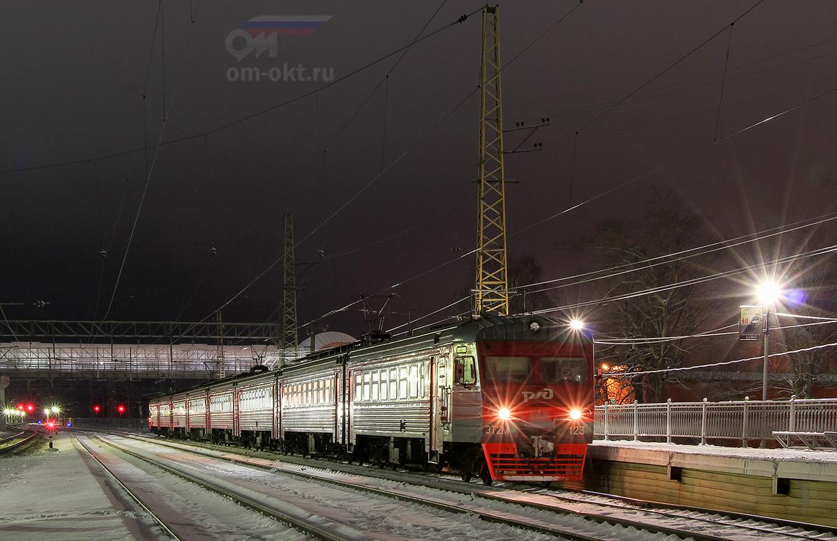Электропоезд ЭТ2М-123 на станции Любань