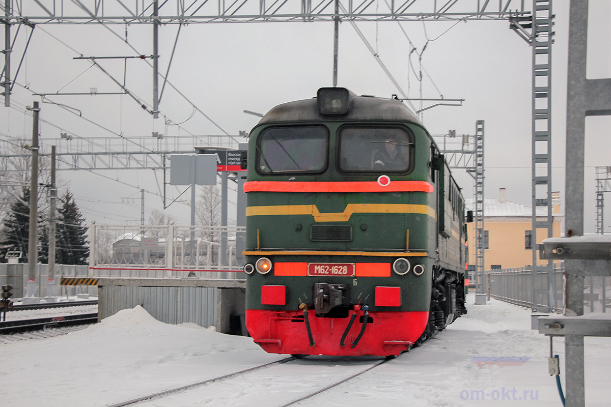 Тепловоз М62-1628 в сплотке с электровозом ВЛ10, станция Чудово-Моосковское