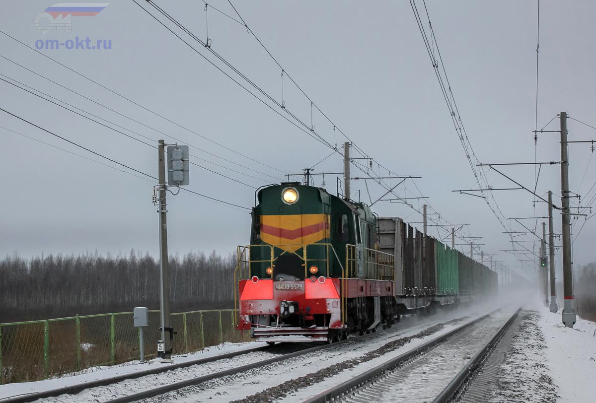 Тепловоз ЧМЭ3-5579 с вагонами для перевозки древесины, перегон Чудово-Московское - Гряды