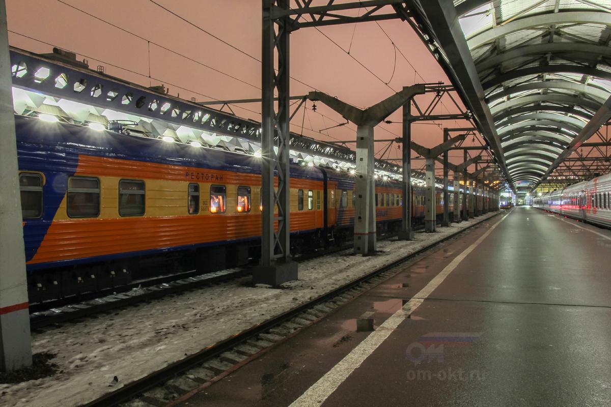 """Платформы Московского вокзала и фирменный поезд """"Мегаполис"""""""