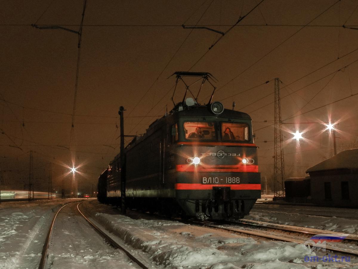 Электровоз ВЛ10-1888 с поездом, ст. Тверь