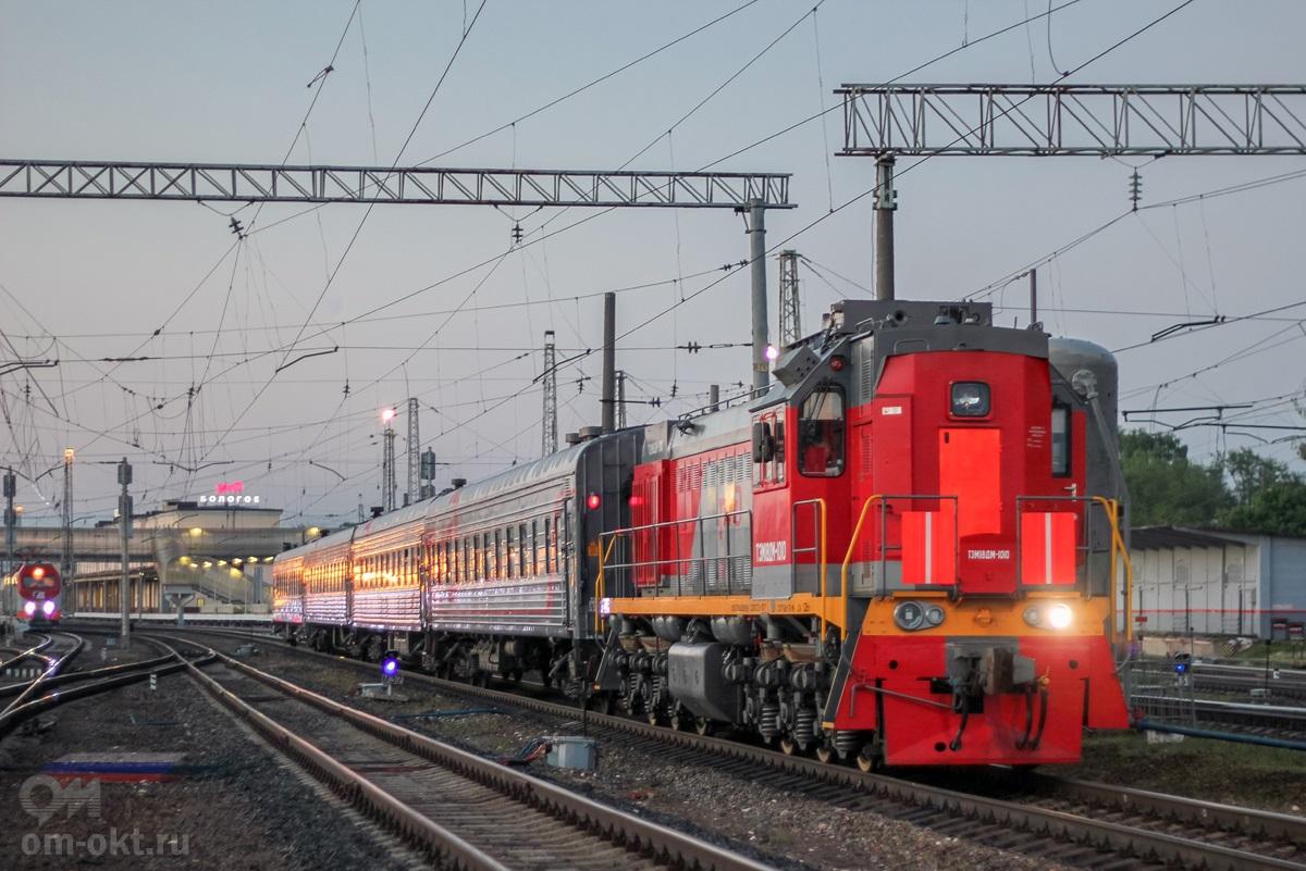 Тепловоз ТЭМ18ДМ-1010 с пассажирскими вагонами, станция Бологое-Московское