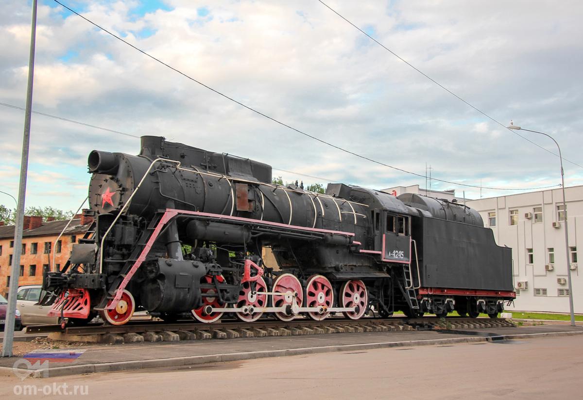 Паровоз-памятник Л-4245 у станции Бологое-Московское