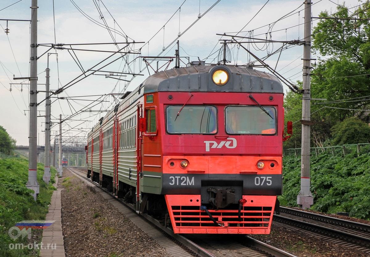 Электропоезд ЭТ2МЛ-075 прибывает к платформе Иван Родионов