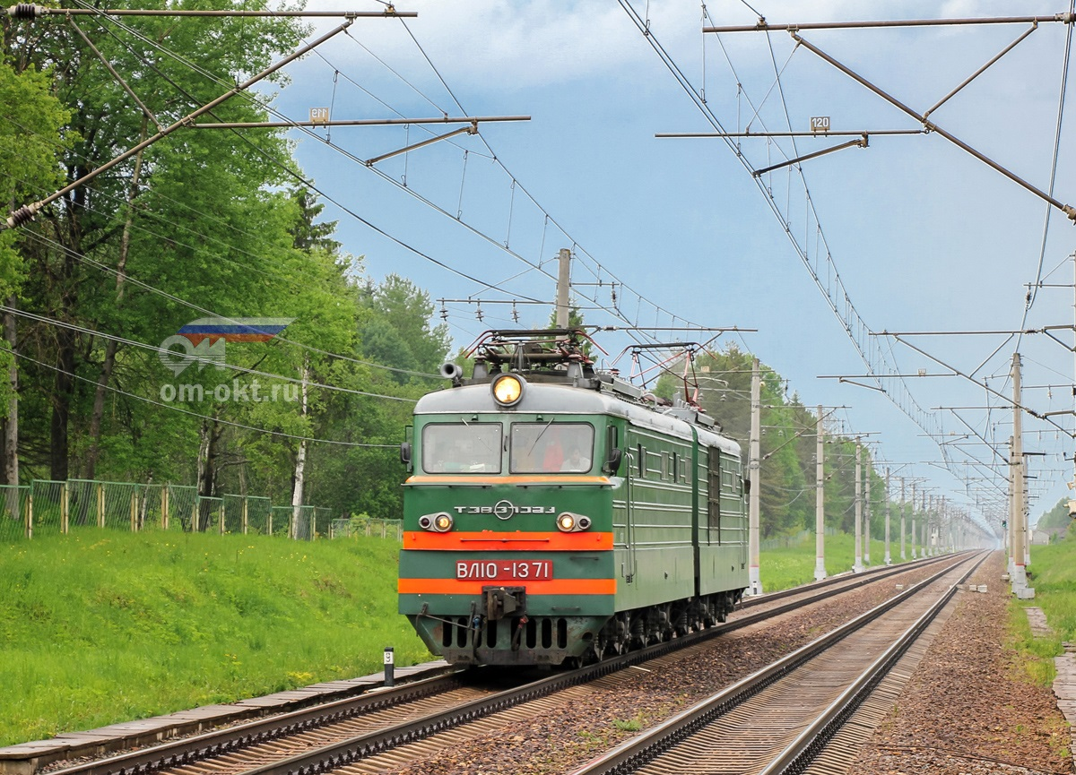 Электровоз ВЛ10-1371 близ платформы Терелесовская, перегон Елизаровка - Осеченка
