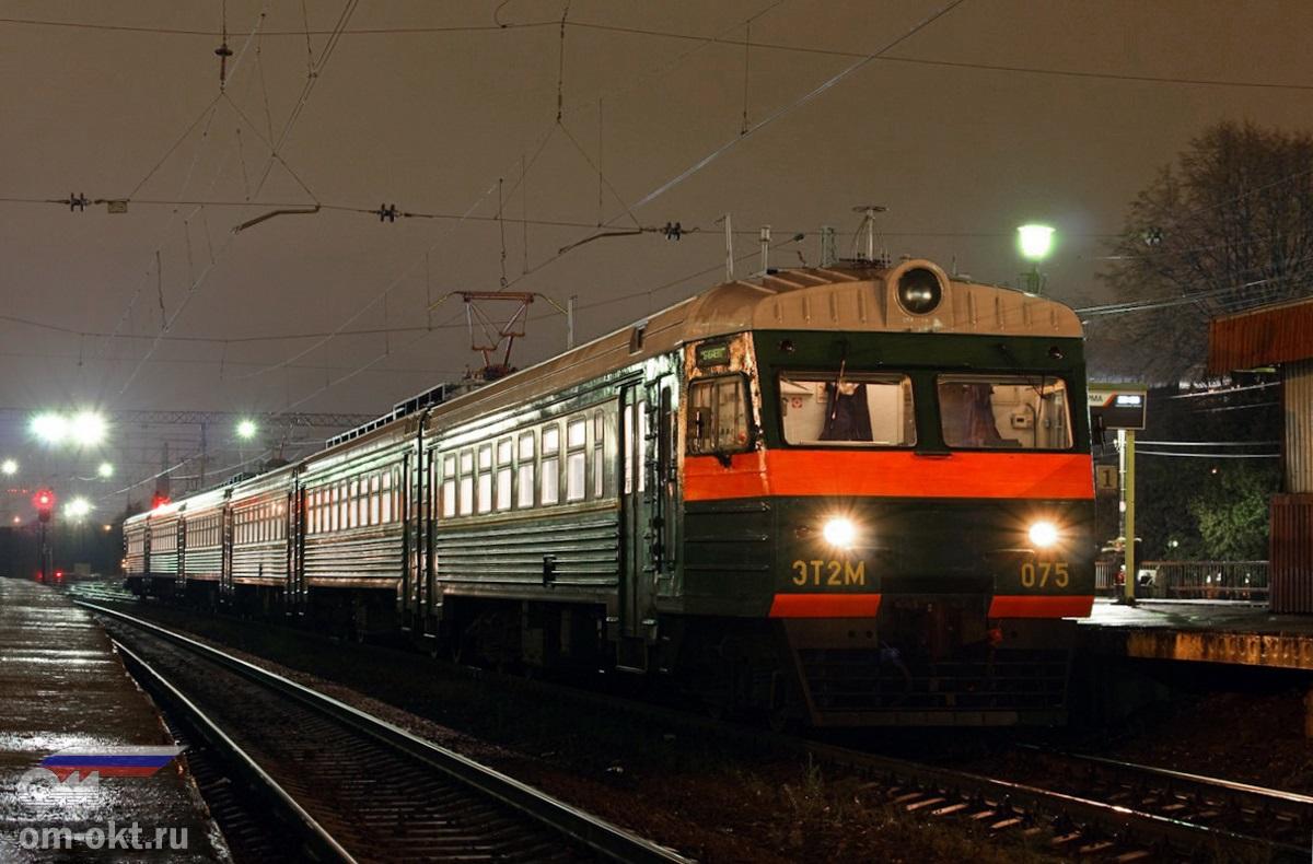 Электропоезд ЭТ2МЛ-075 на станции Крюково