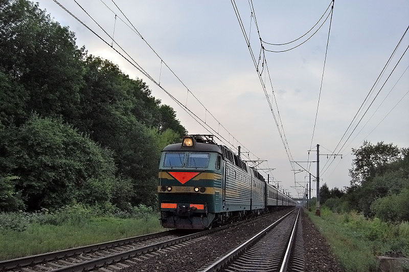 Электровоз ЧС7-208 с пассажирским поездом, на перегоне Тверь - Редкино