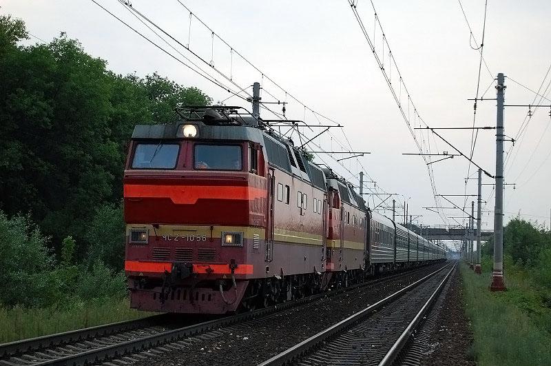 Электровоз ЧС2Т-1058 с пассажирским поездом на перегоне Тверь - Редкино