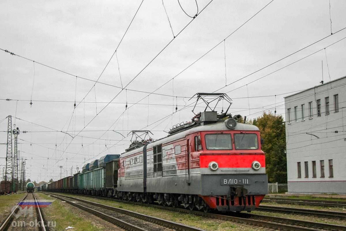 Электровоз ВЛ10-111 с грузовым поездом на станции Торжок