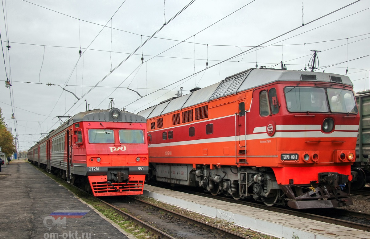 Электропоезд ЭТ2М-061 и тепловоз ТЭП70-0248 на станции Торжок