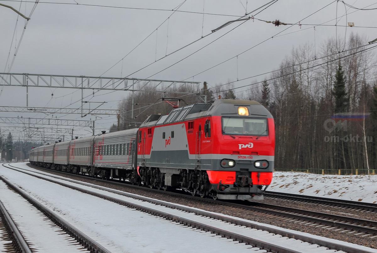 Электровоз ЭП2К-150 в голове пассажирского поезда станция Лихославль парк Шлюз