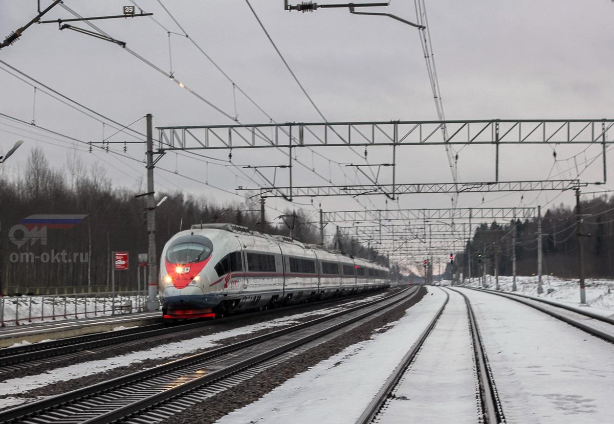 Электропоезд ЭВС1-08 проследует платформу Шлюз