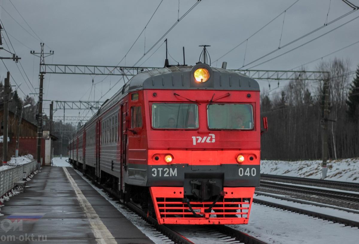 Электропоезд ЭТ2М-040 у платформы Шлюз