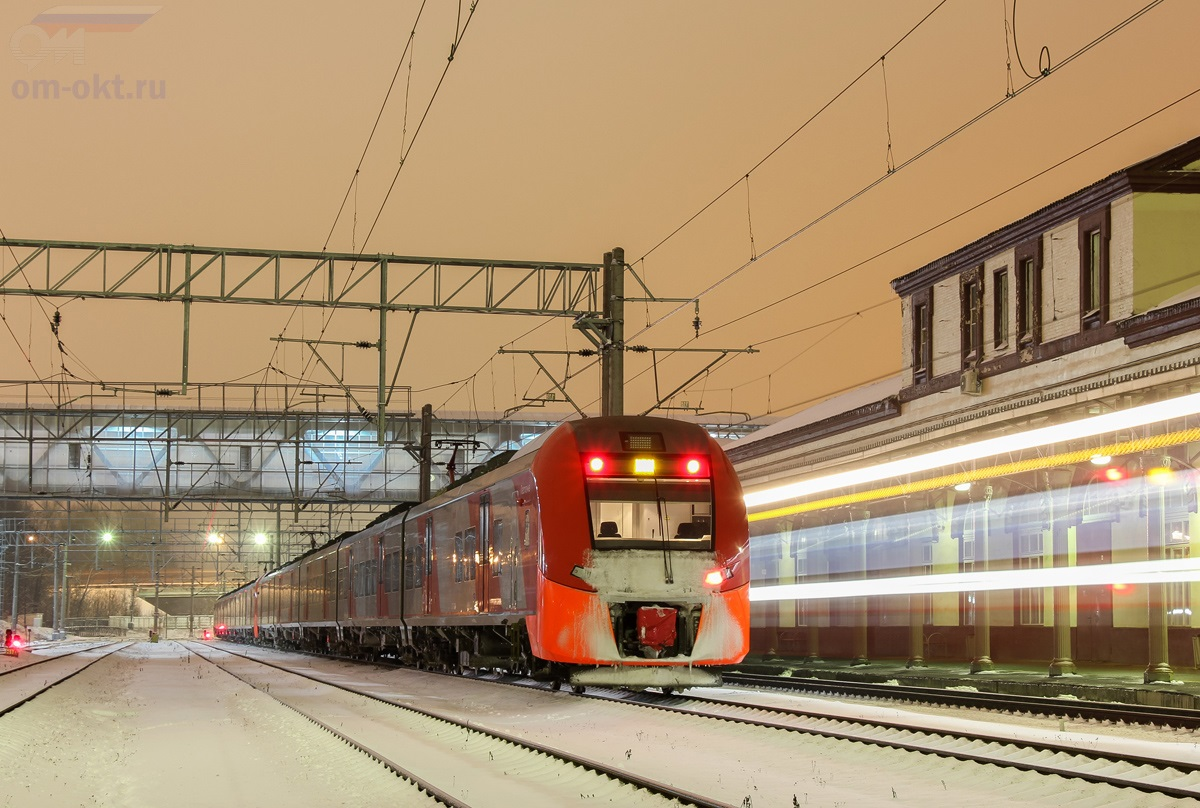 Электропоезд ЭС1 на станции Клин