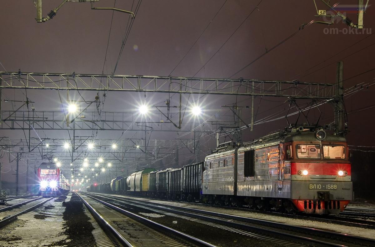 Электровозы ЭП2К и ВЛ10-1588 на станции Поварово-I