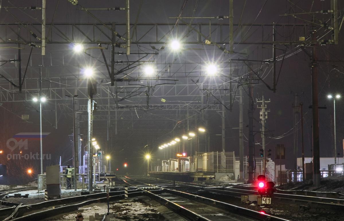 Вид на пассажирские платформы станции Поварово-I со стороны платформы Поваровка