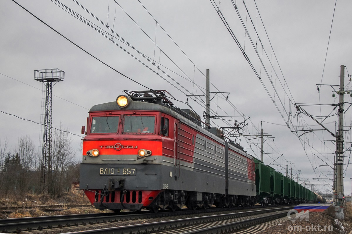 Электровоз ВЛ10У-657 с грузовым поездом выходит со станции Клин