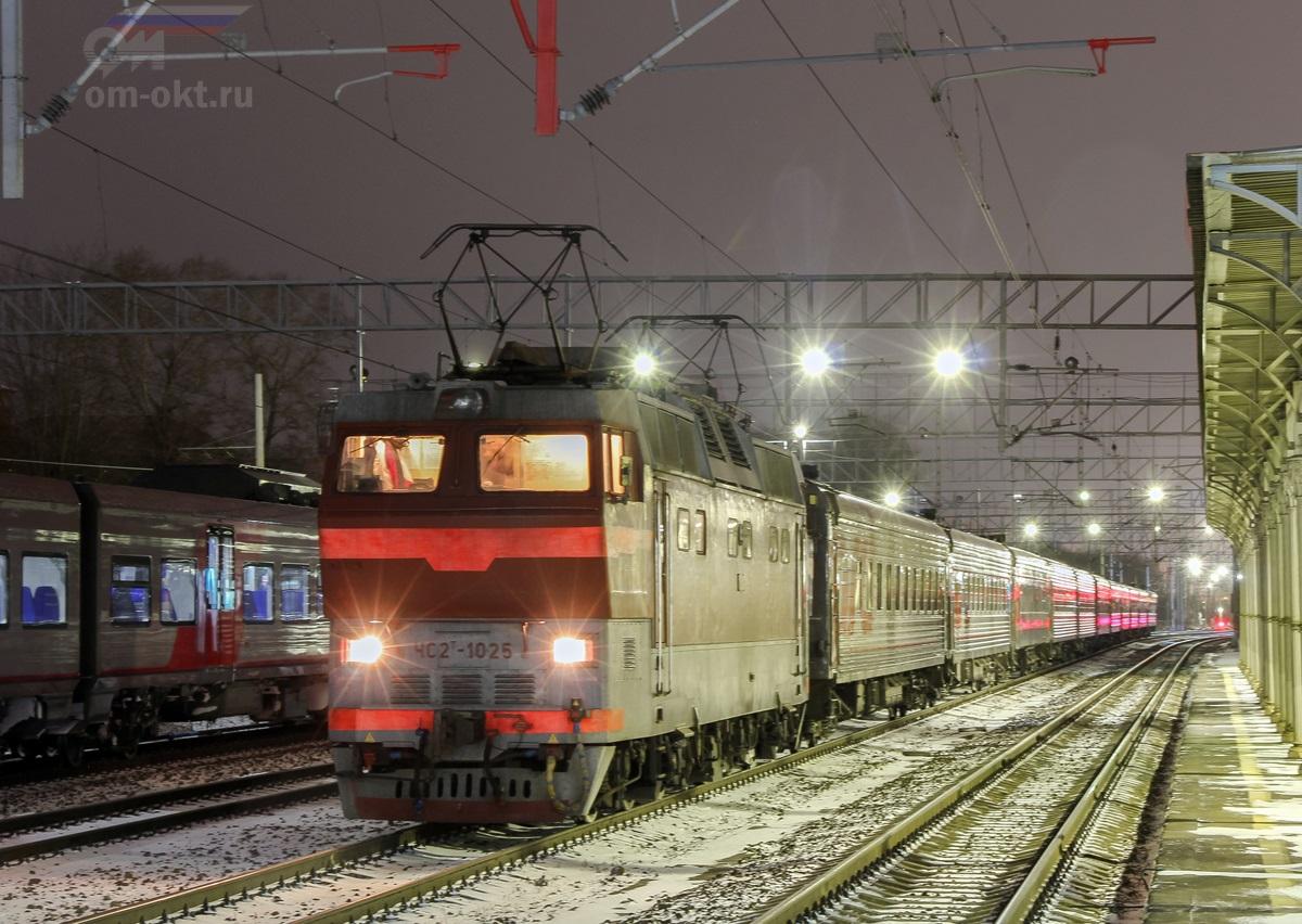 Электровоз ЧС2Т-1025 с поездом на станции Клин