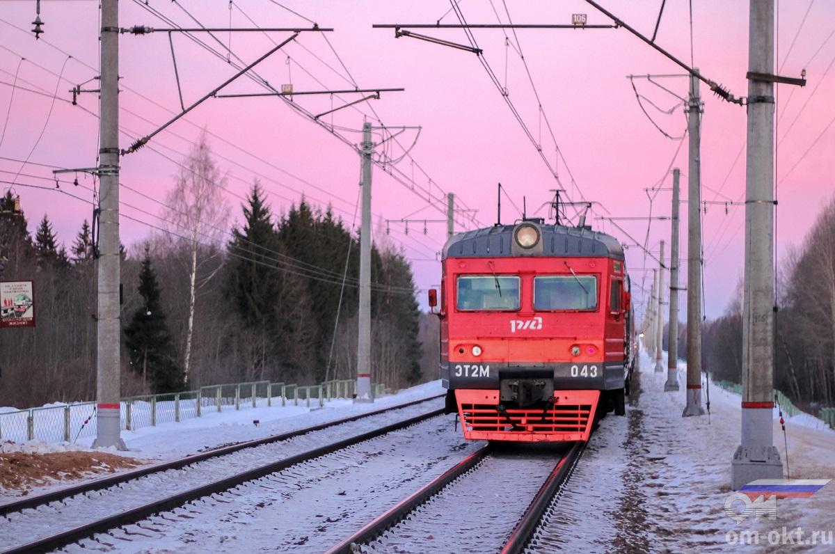 Электропоезд ЭТ2М-043 на перегоне Академическая - Бушевец
