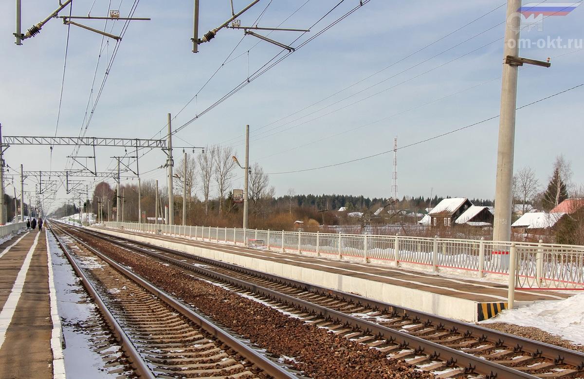 Вид на платформу Локотцы со стороны платформы Шлюз