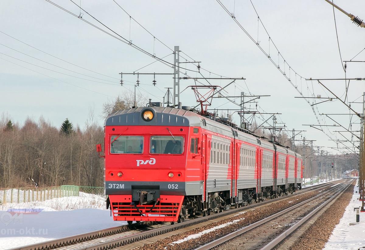 Электропоезд ЭТ2М-052 прибывает к платформе Локотцы