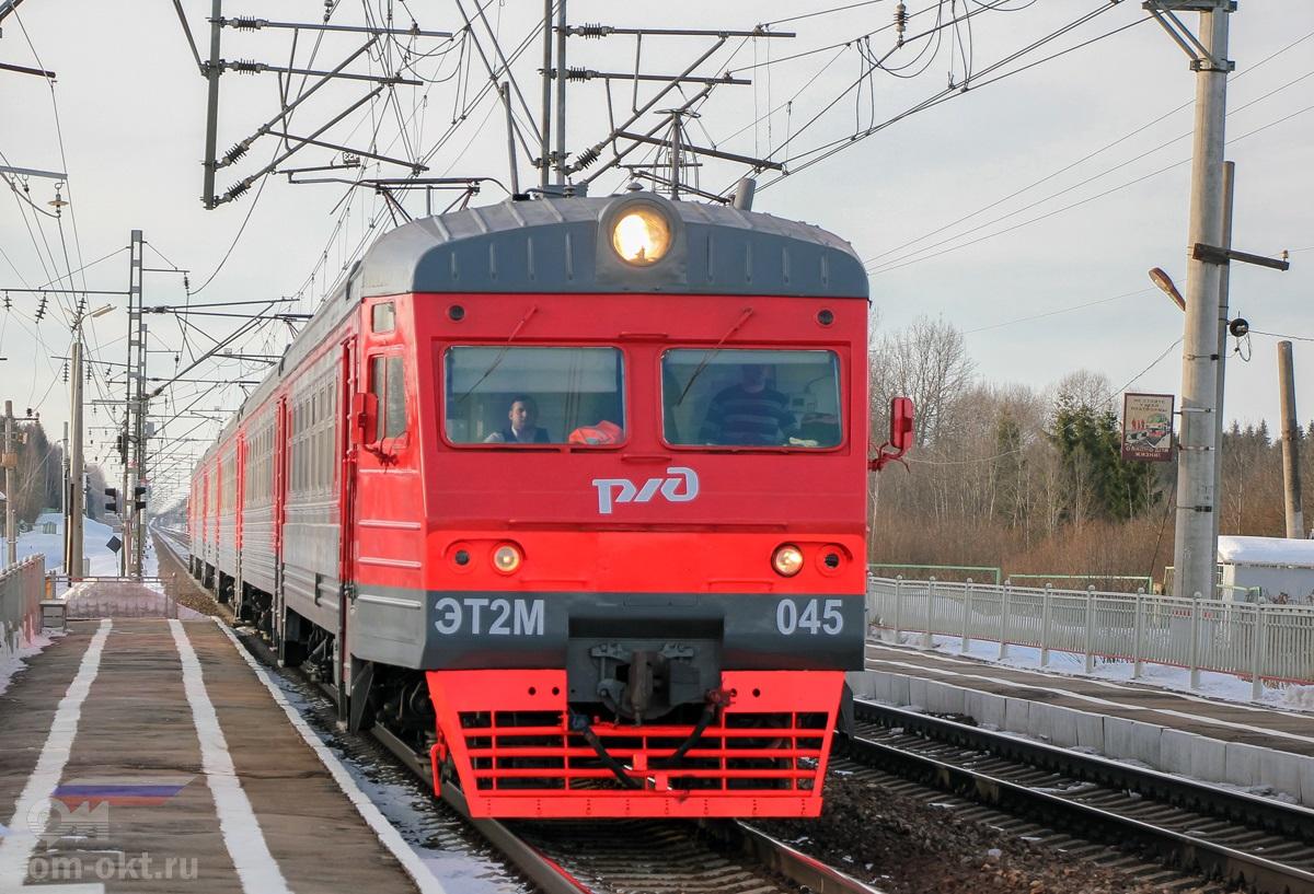 Электропоезд ЭТ2М-045 прибывает к платформе Локотцы