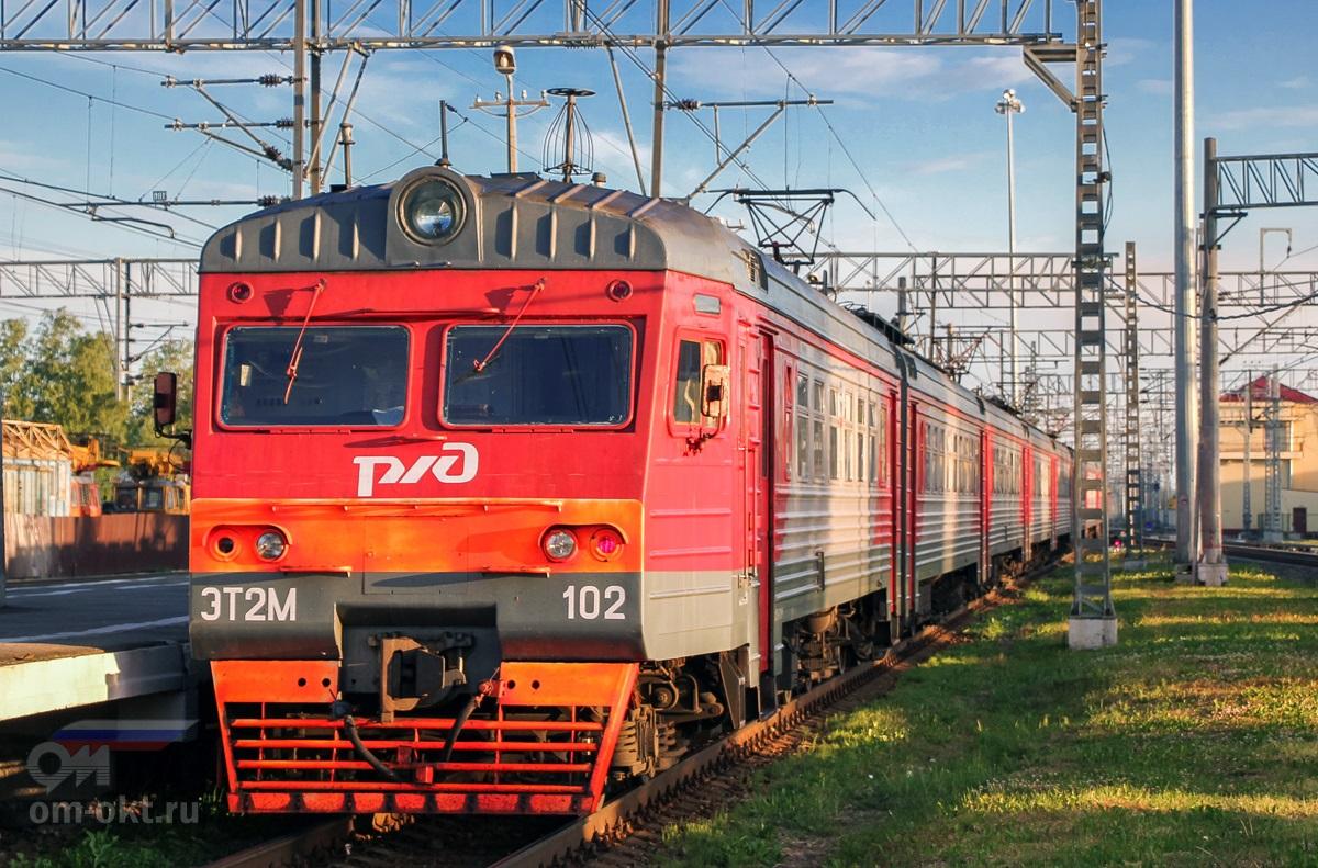 Электропоезд ЭТ2М-102 на станции Малая Вишера