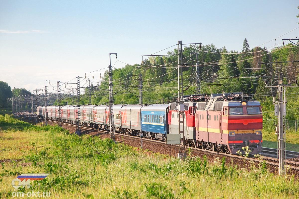 Электровозы ЧС2Т-1039 и ЧС2Т-1054 с поездом, перегон Торбино - Мстинский мост