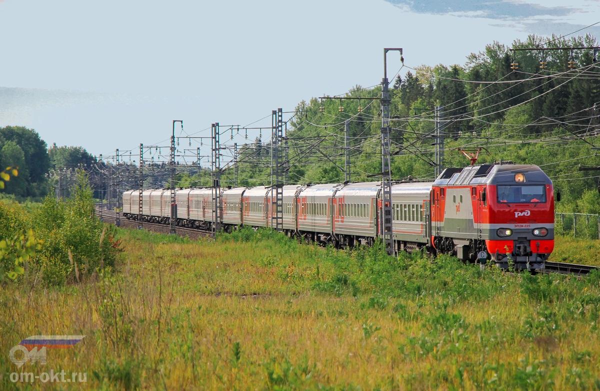 Электровозы ЭП2К-225 с поездом, перегон Торбино - Мстинский мост