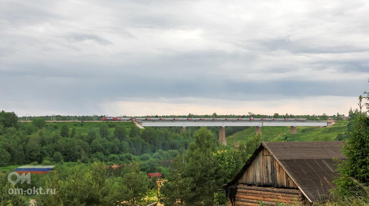 Электровоз ЭП2К с пассажирским поездом на Мстинском мосту