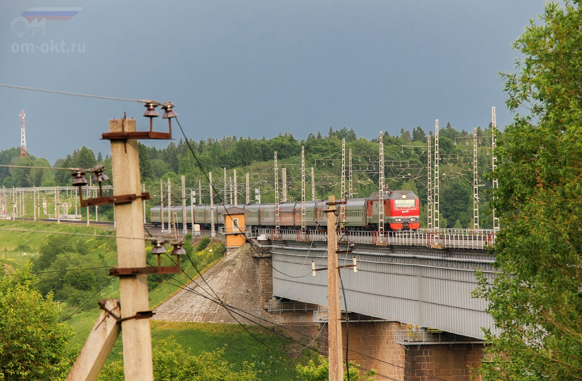 Электровоз ЭП2К-182 с пассажирским поездом проследует Мстинский мост