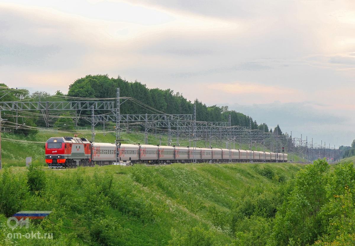 Электровоз ЭП2К-217 с пассажирским поездом на станции Мстинский мост