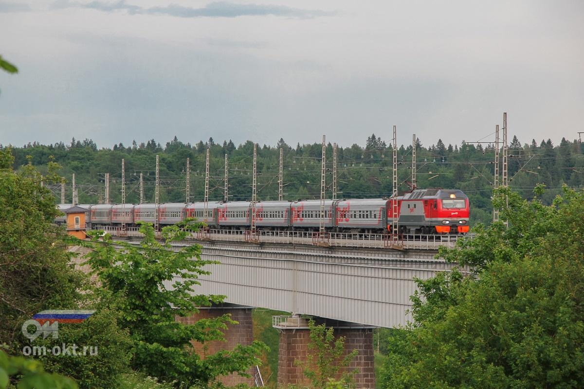 Электровоз ЭП2К-159 с пассажирским поездом проследует Мстинский мост