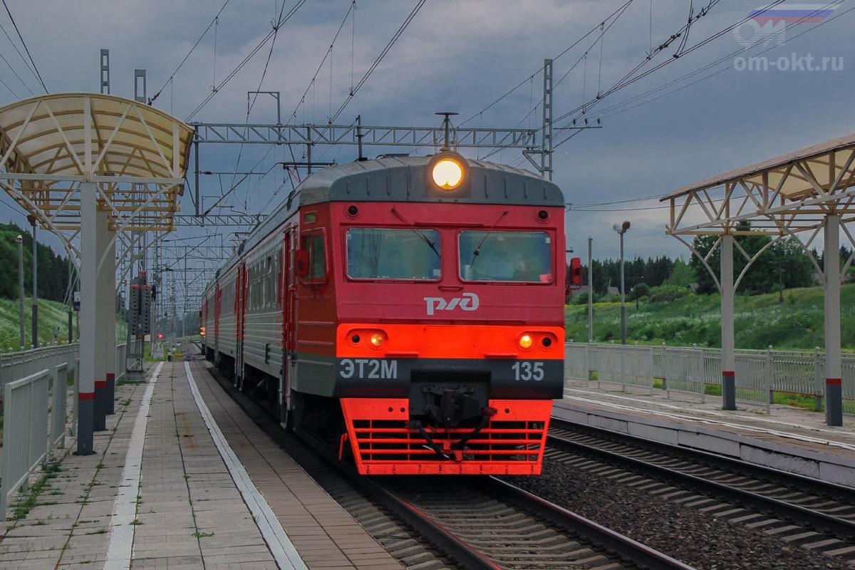 Электропоезд ЭТ2М-135 на станции Мстинский мост