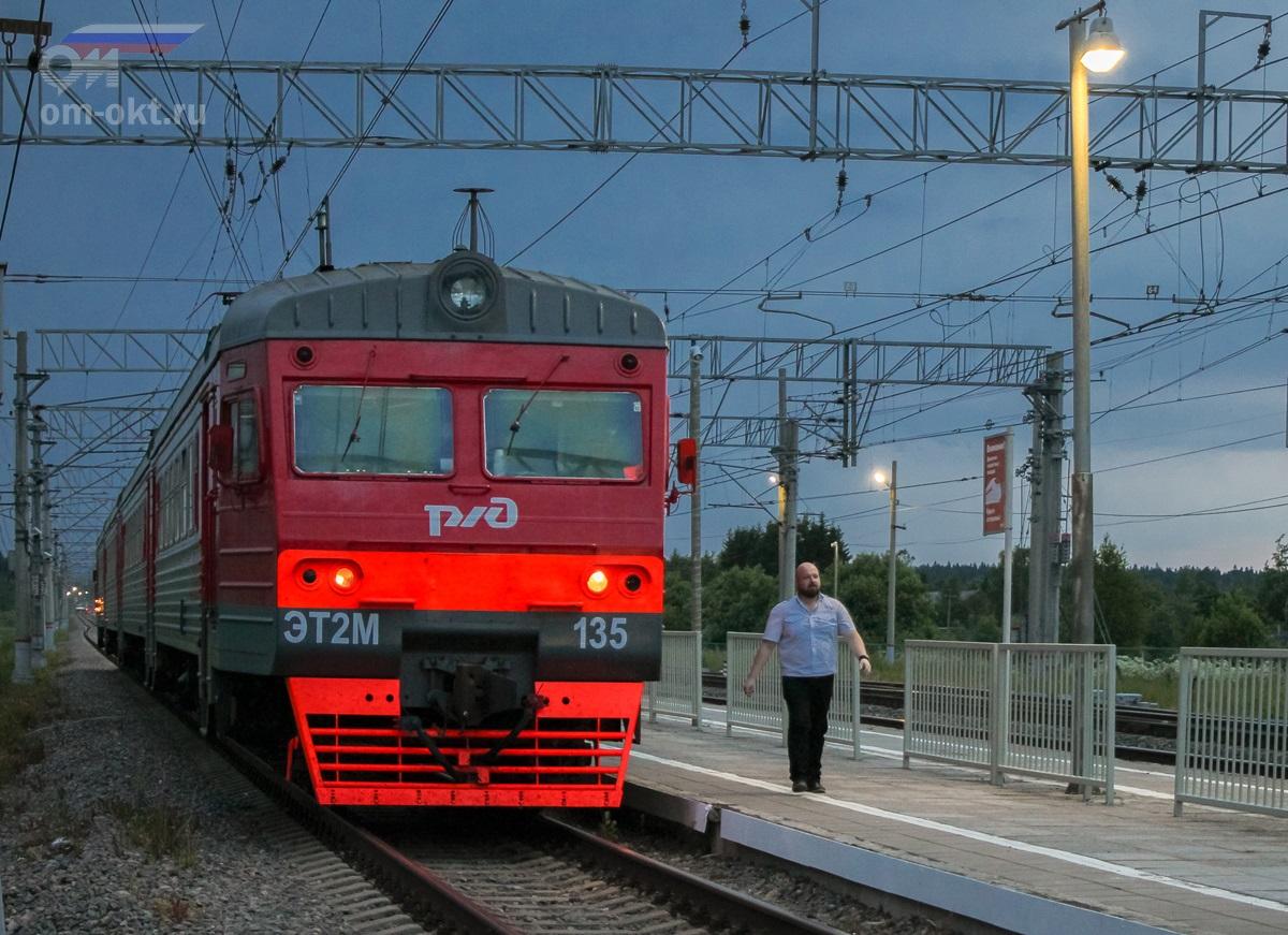 Электропоезд ЭТ2М-135 на станции Торбино