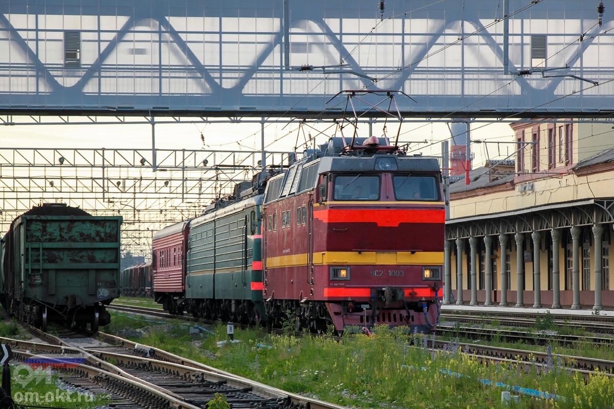 Электровозы ЧС2Т-1003 и ВЛ10 с вагоном-путеизмерителем на станции Клин