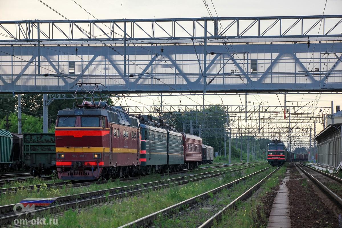 Электровозы ЧС2Т-1003 и ВЛ10 с вагоном-путеизмерителем и ВЛ10-1359 с грузовым поездом на станции Клин