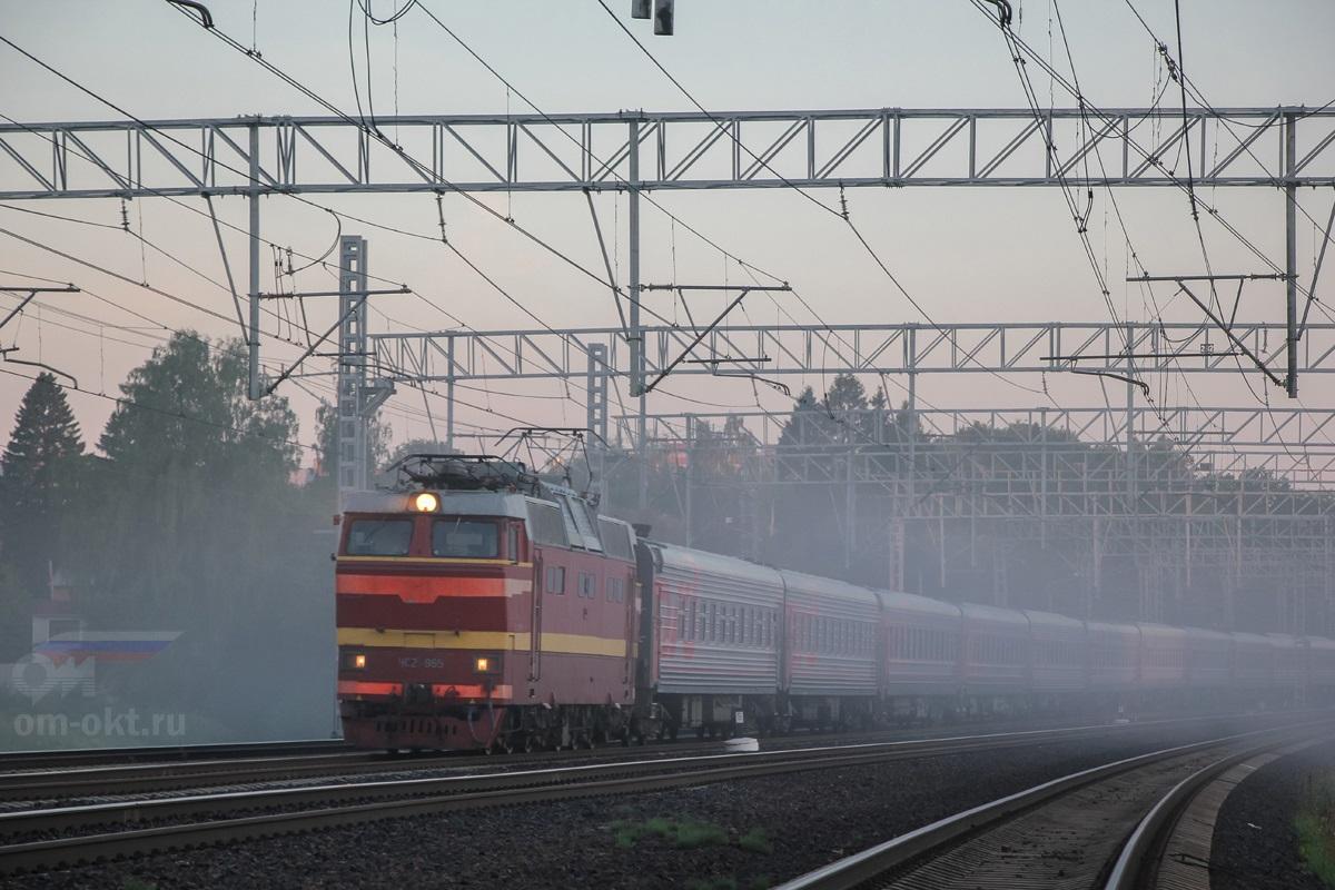Электровоз ЧС2Т-965 с пассажирским поездом, перегон Сходня - Химки