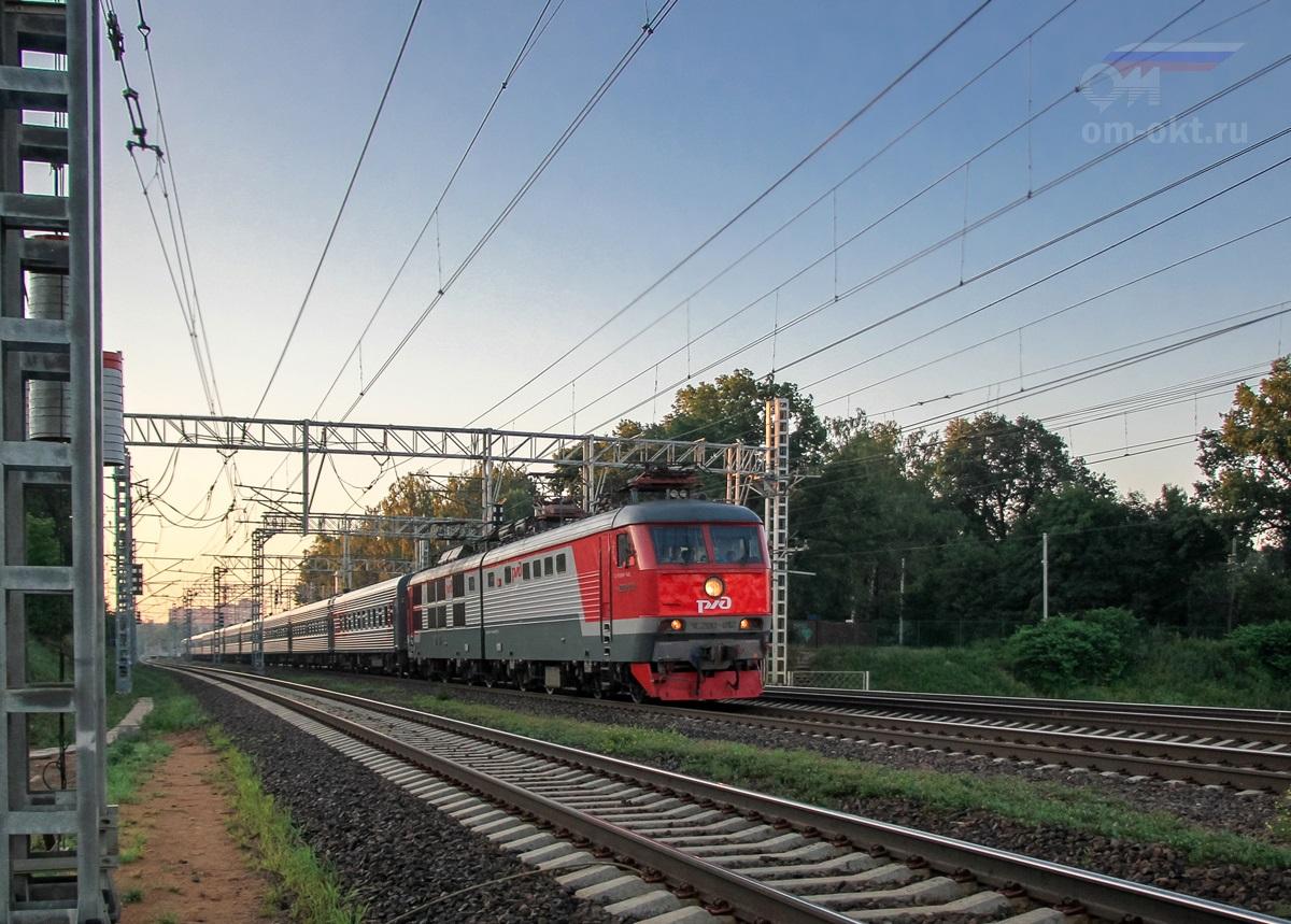 Электровоз ЧС200-012 с пассажирским поездом на перегоне Химки - Сходня