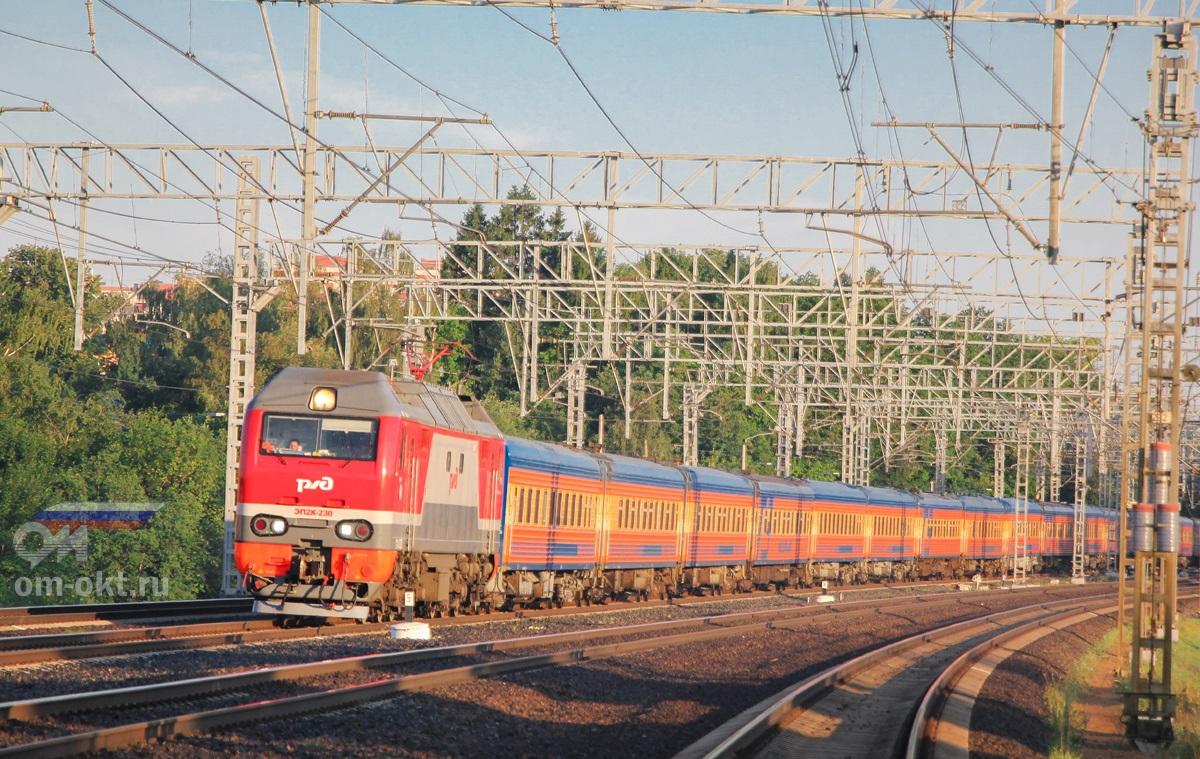 Электровоз ЭП2К-230 с фирменным поездом «Мегаполис» на перегоне Сходня - Химки