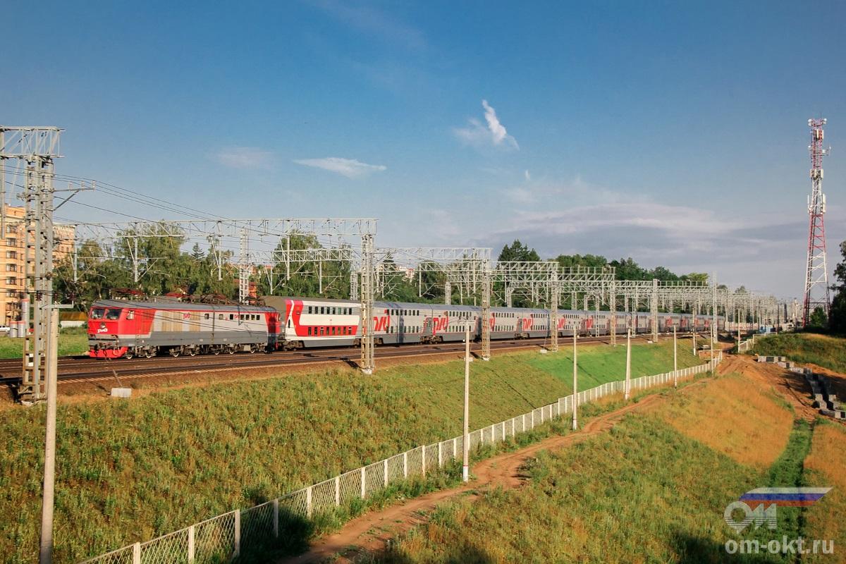 Электровоз ЧС200-006 с пассажирским поездом на перегоне Сходня - Химки