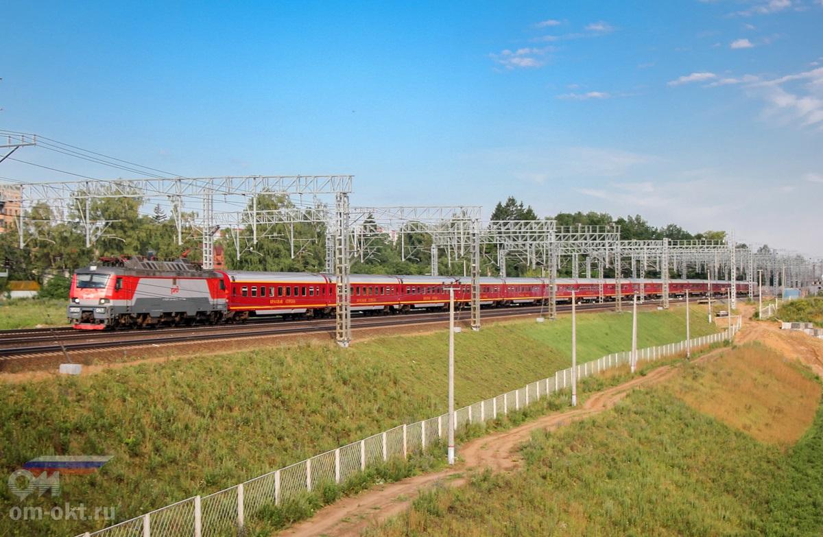 Электровоз ЭП20-047 с фирменным поездом «Красная стрела» на перегоне Сходня - Химки