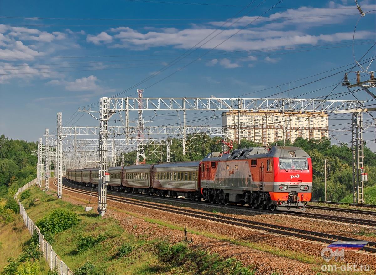 Электровоз ЭП2К-228 с фирменным поездом «Гранд Экспресс» на перегоне Сходня - Химки