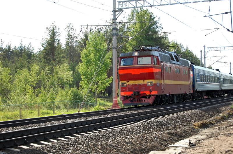 Электровоз ЧС2Т-1028 с поездом проследует станцию Осеченка