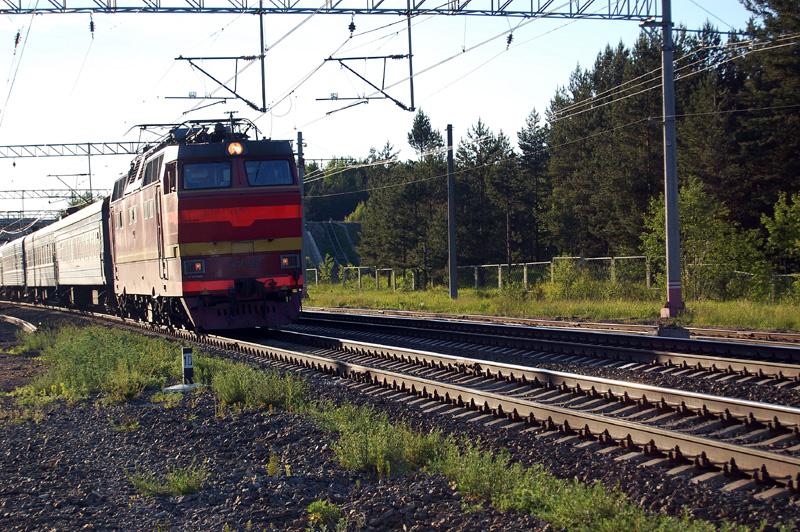 Электровоз ЧС2Т-951 с поездом проследует станцию Осеченка